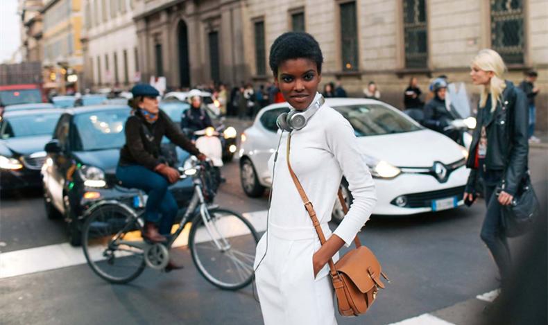 米兰时装周又被潮人挤爆了 时髦春意单品秀不停